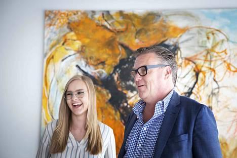 Kukka ja Jeppe Lahtinen Marjatta Tapiolan Minotaurus-maalauksen vierellä Kangasala-talon näyttelyssä. Isä ja tytär jatkavat suvun kokoelman ylläpitoa ja kartuttamista.