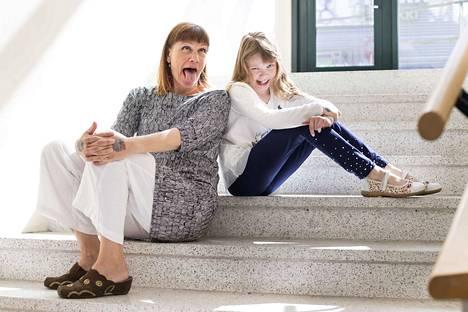 Ohjaaja Mari Rantasila ja Ponin näyttelijä Jenni Lausi ottivat kuvaajan pyynnöstä hassut ilmeet. Naurua riitti myös Puluboin ja Ponin leffaa kuvatessa.