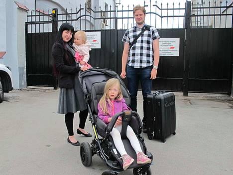 Lauri Sorsa ja Ninni Hämäläinen saapuivat tyttäriensä Iidan ja Ainon kanssa junalla Pietariin. Lauri Sorsa käy perjantaina katsomassa Marokon ja Iranin välisen ottelun.