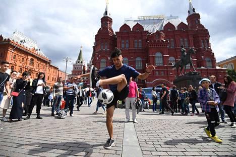 Jalkapallofanit nauttivat päivästä Moskovan Punaisella torilla keskiviikkona MM-kisojen aattona.