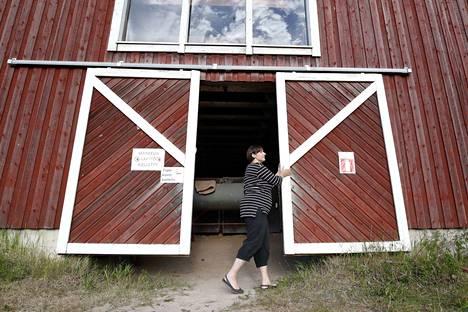 Yrittäjä Mari Susi sulkee ratsastuskoulunsa ovet heinäkuussa.