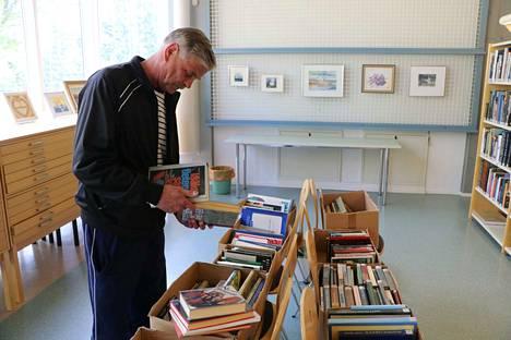 Simo Mäenpää selaili kirjaston poistomyynnin kirjoja torstaina aamupäivällä.