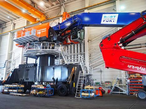 Porin satamaan tuleva uusi mobiilinosturi on edelleen Mantsinen Group LTD Oy:n tehtaall., mutta tulee Poriin juhannuksen jälkeen.