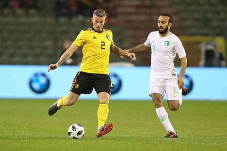 Belgian Toby Alderweireld (vas.) ja Saudi-Arabian Mohammad Al-Sahlawi taistelivat pallosta harjoitusottelussa.