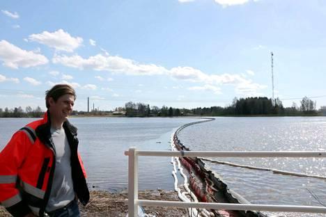 Harjavallan öljyvahingon torjuntatoimien operatiivinen johtaja Kalle Bask Meritaito Oy:stä esitteli torjuntatöitä toukokuussa 2018.