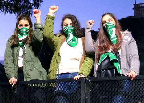 Abortin kannattajat kerääntyivät keskiviikkona Argentiinan parlamentin edustalle Buenos Airesiin odottamaan äänestyksen lopputulosta.