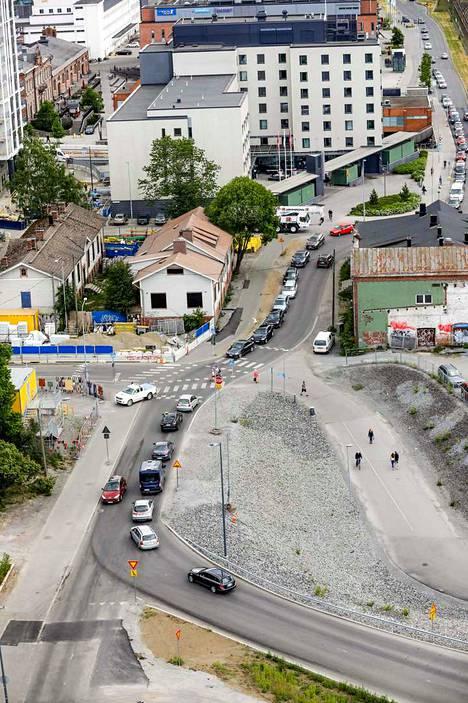 Kuvasta näkee, miten liikenne jonoutuu tavara-aseman kohdalla, ja kuinka vaarallinen paikka on kevyelle liikenteelle. Kuva on otettu tavallisena arkipäivänä noin kello 15.30. Alueen liikenne vilkastuu tulevina vuosina entisestään, kun aseman seudun rakentaminen etenee.