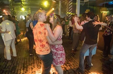 Juhannusaattona tanssittiin kymmenettä kertaa We Love Helsingin järjestämiä Juhannustansseja, joissa perinteinen Suomi-iskelmä soi keskustan yökerhossa.