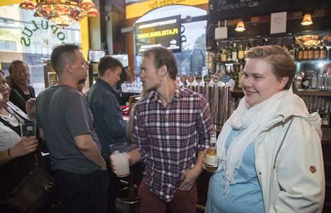 Helsinkiläinen Olga Berg viettää juhannusta yleensä kaupungissa. Aattoiltana hän tuli käymään karaokebaari Populuksessa, joka on auki kellon ympäri.
