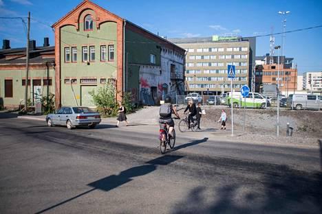 Tampereen historiallinen tavara-asema on jälleen kuuma peruna Tampereella. Rakennuksen kohtalosta on väännetty jo vuosia. Nyt pöydällä on uusi esitys.
