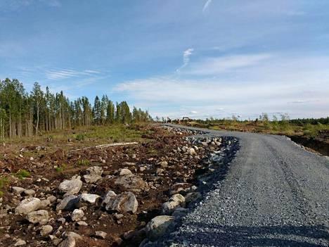 Kaapelinkulman kaivosalueelle on rakennettu kaivos- ja huoltotietä. Yhtiö on käyttänyt paikallista urakoitsijaa.