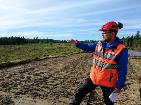 Projektipäällikkö Olli Pajula Dragon Miningista esitteli tulevaa kaivosaluetta juhannuksen alla. Maa alla on moreenia, jota käytetään myös selkeytysaltaiden pohjamateriaalina.