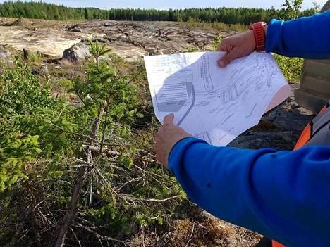 Avolouhoksen alueelta on irtomaa poistettu. Maavalli oli juhannuksen alla lähes valmis. Suunnitelmakuva pyöri käsissä, kun Olli Pajula selvitti, mitä mihinkin tulee Kaapelinkulman kaivospiirillä.