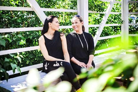 AnjutaHaapa-aho (oik.) ja hänen tyttärensä Kia Haapa-aho ovat kumpikin valehdelleet vanhemmilleen nuorena. Omien lastensa kanssa Anjuta on halunnut suosia avointa keskustelua rankaisun sijaan.