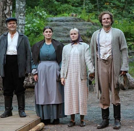 Näytelmässä nähdään Lauri Ahola (vas.) ja Katri Aaltonen Jussi ja Alma Koskelana ja Jannina Heiman sekä Tuomas Peltonen Elina ja Akseli Koskelana.