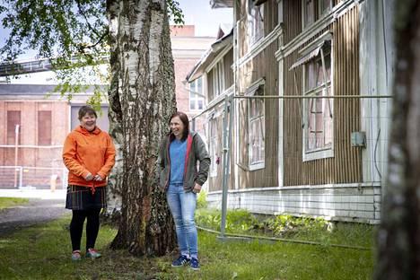 Hiedanrannasta tehdään kestävän kaupunkisuunnittelun koelaboratorio. Sosiaalipolitiikan professori Liisa Häikiö (vas.) ja ympäristöpolitiikan yliopiston lehtori Helena Leino ovat mukana vetämässä Ketterä kaupunki -hanketta.