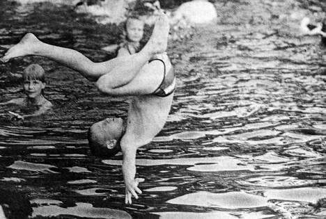 Hallin uimalasta haettiin virvoitusta helteeseen oikein joukolla.