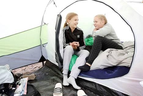 Telttailu on porilaisten Aada Heinosen ja Helmi Kaukiaisen mieleen, vaikka teltassa tuleekin välillä ahdasta.