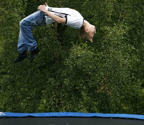 Lääkäri Pia Luukkonen muistuttaa, että trampoliinilla saa loikkia vaan yksi henkilö kerrallaan. Trampoliinin ympärillä tulee aina olla suojaverkko.