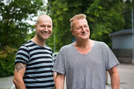 Tamperelaiset runoilijat Arto Lappi (vas.) ja Juhani Ahvenjärvi Lauri Viidan maisemissa Pispalassa.