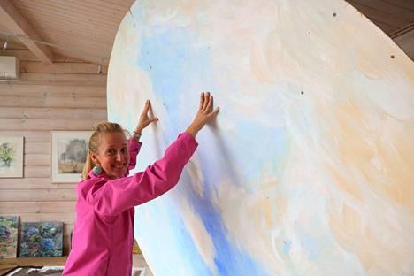 Svetlana Ruohon näyttelyssä nousee taivas ateljeen kattoon. Se alle muodostuu taiteilijoiden piiri.
