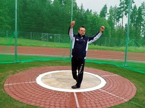 Tästä se lähti. Kalle Lehmusvuoren oma moukariennätys syntyi Vilppulan urheilukentällä. Miesten moukaria, 7,26 kiloa, hän kiskaisi parhaimmillaan 63,76.