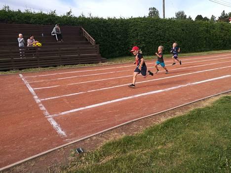 Julius Pokkinen, Veikka Saari ja Eino Lansi vauhdissa P7–sarjan 100 metrin juoksussa.