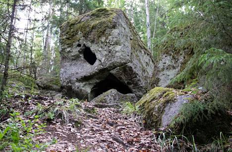 Kuloveden rannalla Vanajavuoren pohjoisrinteellä sijaitseva Sarkolan Pirunpesäkivi on yksi Nokian kahdeksasta luonnonmuistomerkistä. Luonnonmuistomerkki on luonnonsuojelulain perusteella rauhoitettu erikoisuus luonnossa.
