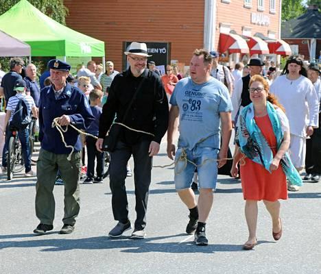 Noitafinalistit jotka tuotiin tuomiolle käräjäkulkueessa, olivat: Petri Juutilainen, vasemmalla, Jouni Neste sekä Maritta Pöysti.