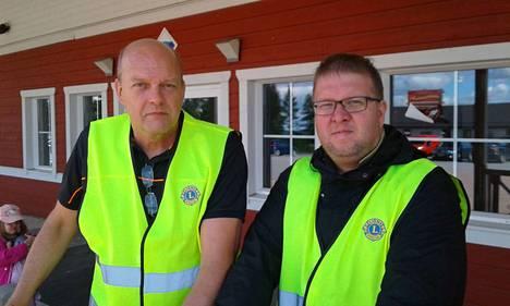 Jämijärven Lions-klubin markkinavastaavat Leo Leinonen ja Petri Ihanamäki sovittivat järjestysmiehille hankittuja liivejä.