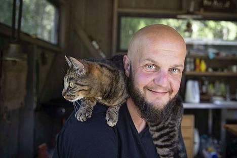 Jarno Alastalon niskassa väijyvällä Miho-kissalla on selvästi esiintyjän ainesta.