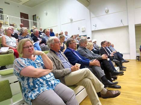 Kotiseutujuhlaa vietettiin koulun auditoriossa, etualalla Päivi Salmi.