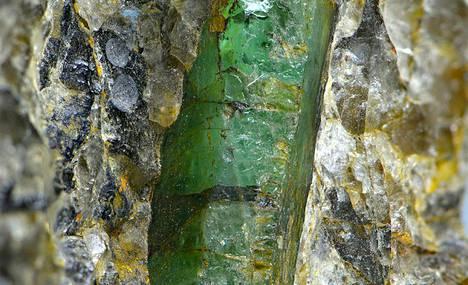 Kuvassa Kauhajoelta löytynyt smaragdi. Alun perin smaragdi oli kiinni jalkapallon kokoisessa pegmatiittilohkareessa.