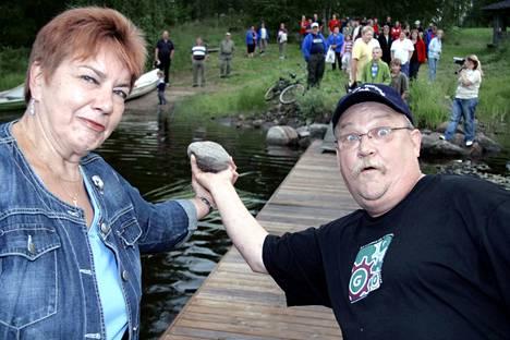 Jaakonpäivän yhteydessä Jaakontuvalla keskiviikkona 25. heinäkuuta heitetään taas kylmä kivi järveen. Kuvassa: Riitta Tuominen ja Jaakko Päivärinta heittämässä Jaakonpäivän kiveä järveen vuonna 2007.