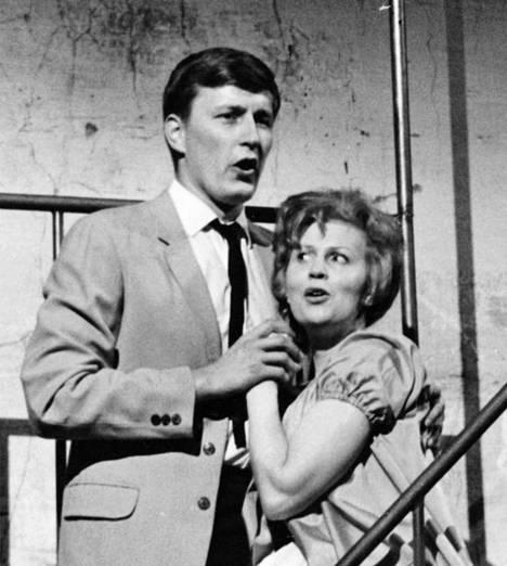 Tapani Perttu esitti West Side Storyssa unohtumattomasti Tonya. Kaija Sinisalo teki Marian roolin. Kuva vuodelta 1966.