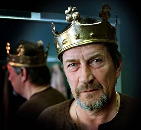 James Goldmanin näytelmässä Leijona talvella Tapani Perttu esitti Henrik II:sta Tampereen Teatterissa syksyllä 2000. Jos Perttu ei olisi ehtinyt vierailla kuninkaan roolissa, näytelmää ei olisi Tampereen Teatteriin tehty.