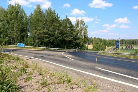 Tie on erityisen liukas Kynsikankaan risteyksen kohdalla Kauvatsantiellä.