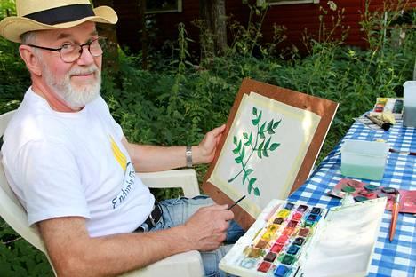 Keijo Mäkinen kaivoi vuosikymmenten tauon jälkeen vesiväritarvikkeensa esiin. Sen verran vanha harrastus tuntui hyvältä, että mies aikoo liittyä Kokemäen Taideseuraan.