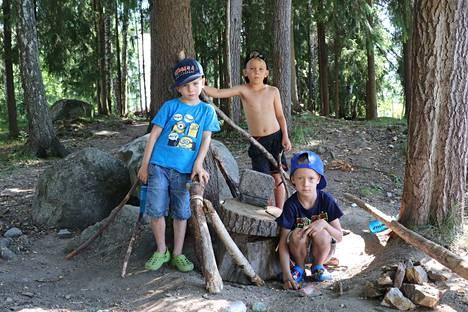 Nuoren polven eerolalaiset, Rasmus ja Oliver Sipolainen sekä Kasperi Laine, rakentavat majaa kodin viereisessä metsikössä.