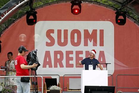 Nukkuvien puolueen Petri Hirvimäki tituleerasi itseään Suomi-Areenan tunnetuimmaksi tontuksi ja penäsi punaisen ja valkoisen Suomen vastakkainasettelun lopettamista.