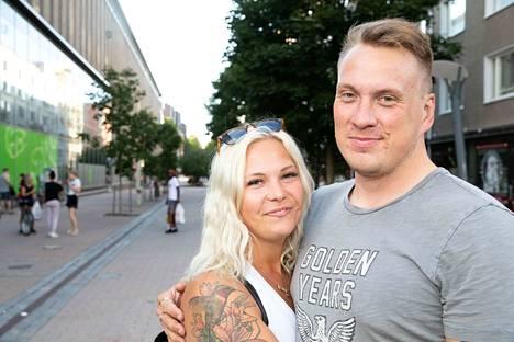 Jenni Tiilikainen ja Jukka Aimolahti ovat seurustelleet noin kolme kuukautta. He tapasivat Tinderissä.