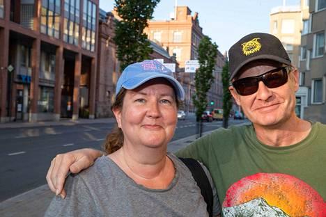 Satu ja Veli-Pekka Vesala tapasivat alun perin vuonna 1991 Tampereella Senssissä. Nykyään he asuvat Yhdysvalloissa San Diegossa.