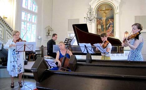 Minna Kangas, Aapo Häkkinen, Heidi Peltoniemi, Tiila Kangas ja Airamaria Lehtipuu musisoimassa Multialla sunnuntaina 22. heinäkuuta.