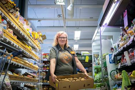 K-market Tampellan myyjä Krista Virtanen esittelee 15 kilon perunalaatikkoa. Hän mukaan yhteistyö sovelluksen kanssa on lähtenyt hyvin käyntiin ja tuotteet menevät nopeasti kaupaksi.
