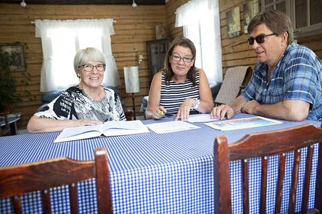 Tellervo Lähteenmäki, Marjut Kallioinen ja Kyösti Rautiainen ovat kaikki innostuneet sukututkimuksesta, joka paljastaa pala kerrallaan lisää sukulaisuussuhteita.