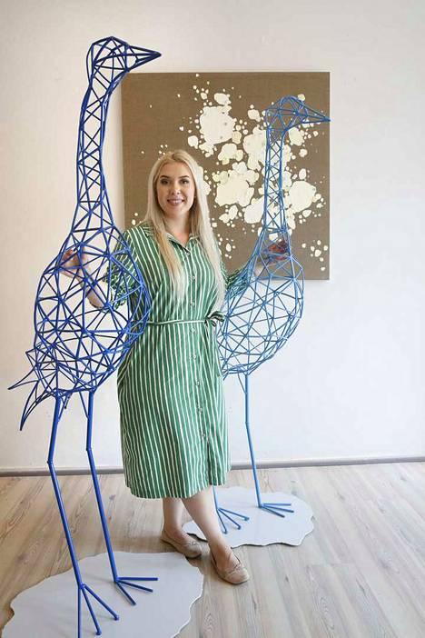 Metallista tehtyjen, noin 170 senttiä korkeiden kurkien tekemiseen kuvataiteilija Ilona Talalta meni noin kuukausi. Kokonaisuudessaan näyttelyssä on esillä kolme kurkiveistosta.
