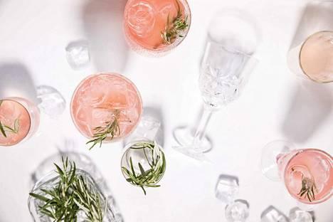 Raparperi lainaa herkän kauniin värinsä spritzerille. Rosmariinin tuoksu maustaa juoman ja tekee siitä kesäpöydän kauneimman juoman.