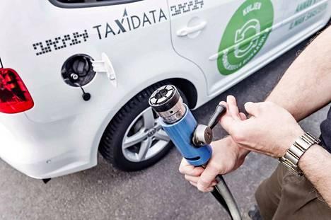 Kirjoittajien mukaan hallituksen tavoitteena on edistää autokannan uudistumista siten, että yhä useampi henkilöauto toimisi vaihtoehtoisilla käyttövoimilla tai polttoaineilla, kuten kuvan kaasuauto.