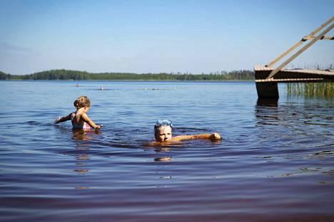 Tiitu ja Touko Kuusimäki nauttivat helteestä Palusjärven uimarannalla Ulvilassa. Mittasimme uimarannan pintaveden lämpötilaksi 26 astetta. Las Palus on ollut sisarusten kesän ykkösranta, mutta he ovat käyneet myös Pappilanlammessa ja Kaasmarkun uimarannalla.