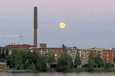 Tämä kuva otettiin torstaina kello 22.39 Tampereella. Tällöin kuu oli jo selvästi näkyvissä. Nyt kuu näyttäytyi taivaalla vasta ennen puolta yötä perjantaina.